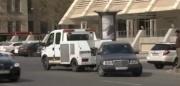 Bakıda evakuator avtomobili çəkərkən altını qopardı - VİDEO