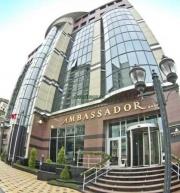 Bakının mərkəzindəki Ambassador otel yanır.