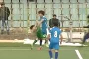 Futbolçu rəqibini yumruqla vurdu – Video