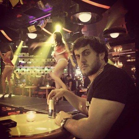 İcra Hakiminin oğlu gecə klubunda çılpaq qızlarla yaxalandı -FOTO