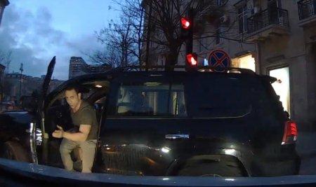 Bakının mərkəzində «qoçular» sürücüyə belə hücum etdi - VİDEO -18+