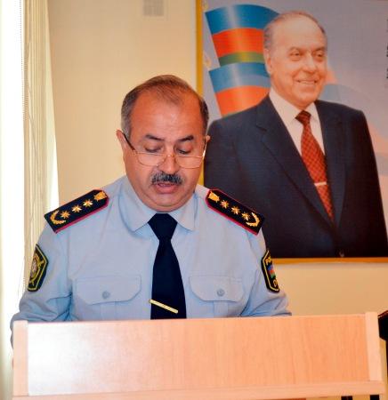 """Yevlaxın keçmiş polis rəisi öz qohumlarına """"atıb"""""""