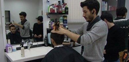Bərbərdən qeyri-adi üsul: Alovla saç kəsir – VİDEO